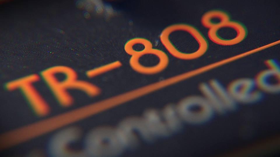 808: um documentário estrelado que mostra como uma máquina mudou a música 808, david guetta, drum machine, Fatboy Slim, felix da housecat, goldie, máquina, Música, Pharrell Williams, Questlove, richie hawtin, Rick Rubin, roland, TR 808