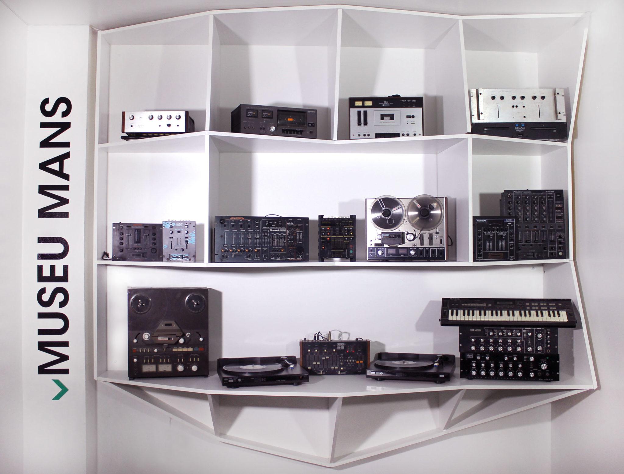 2º Mês da Música Eletrônica: Conheça as relíquias do Museu Mans DJ, dj gregao, Gravador de Rolo AKAI 4000DS, mês da música eletrônica, Mixer Bozak CMA-10-2DL, Mixer Gemini MX2200, Mixer Numark DM1975, Mixer Pioneer DJM500, museu mans, música eletrônica, relíquias