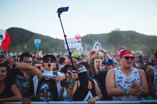 Pau de selfie está proibido em casas de shows na Inglaterra selfie, selfie stick