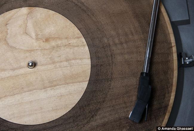 É vinil, mas não é! Conheça o disco de madeira que reproduz gravações vinil
