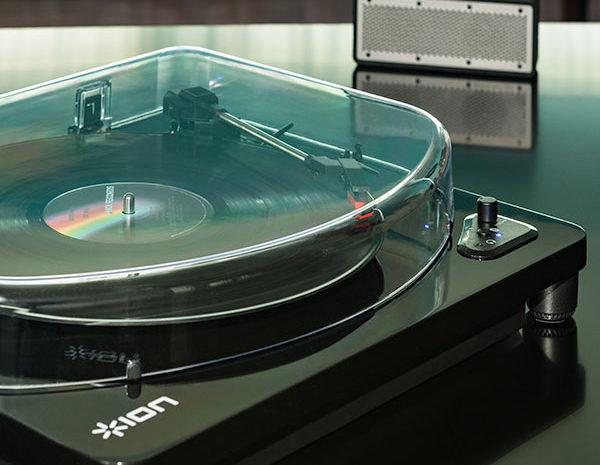 Toca discos da ION combina design retrô e tecnologia moderna air lp