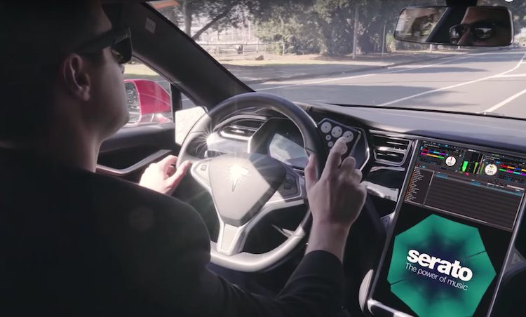 TESLA vs SERATO, que tal fazer um set no carro? carro