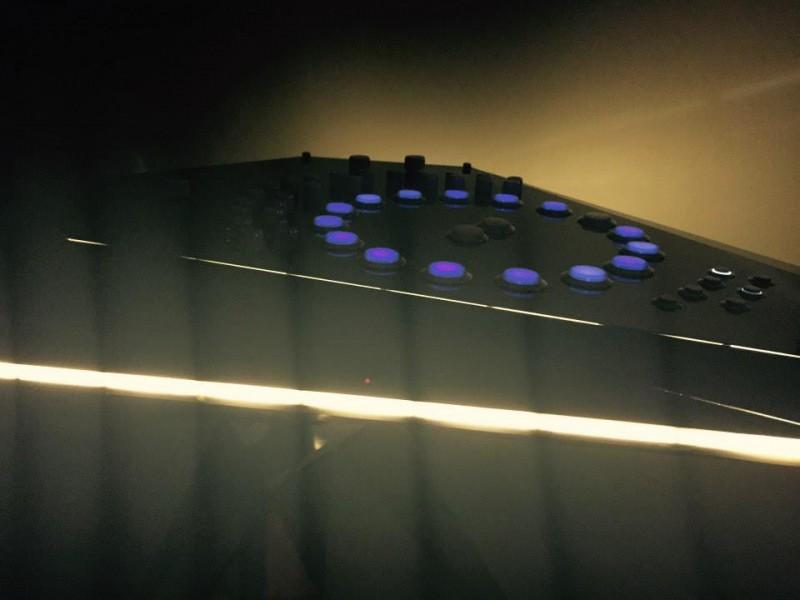 Jeff Mills apresenta ao planeta Terra seu novo instrumento inspirado em OVNI drum machine, jeff mills, ovni, pioneiro, Techno, the viitor, weapons, yuri suzuki